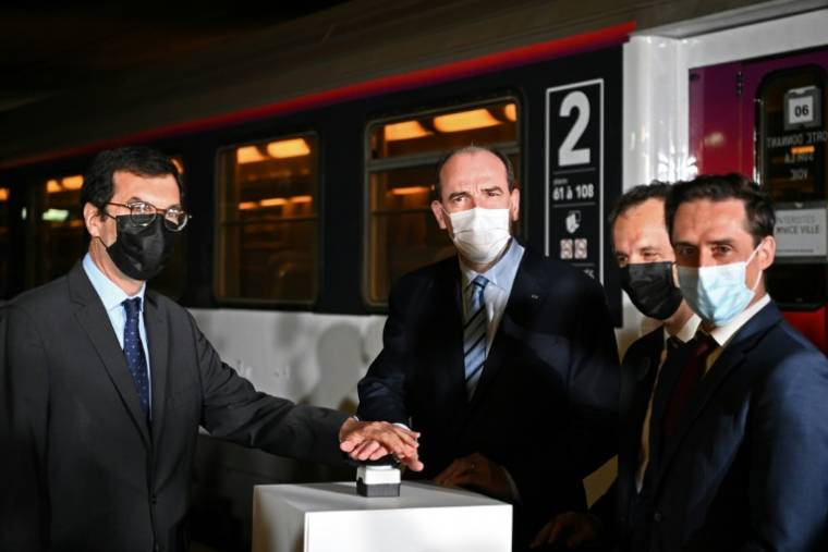 Prime Minister Jean Castex (center) and SNCF CEO Jean-Pierre Farando (left) visit the Paris-Nice night train at the Austerlitz station in Paris on May 20, 2021 (AFP / Anne Christine Bogolat)