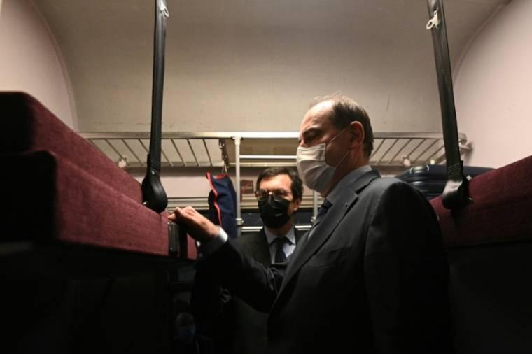 Prime Minister Jean Castex (Democrat) and SNCF CEO Jean-Pierre Farando (left) visit the Paris-Nice night train at the Austerlitz station in Paris on May 20, 2021 (AFP / Anne Christine Bogolat)