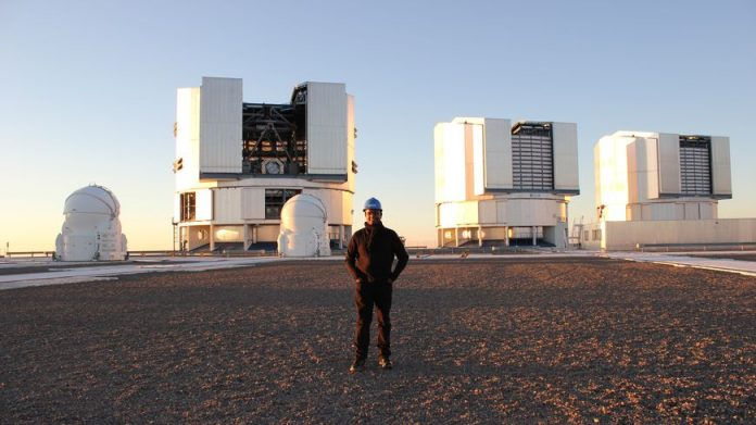 Miguel Montargès a observé l'étoile supergéante rouge Bételgeuse pour la première fois au Chili grâce aux trois télescopes géants derrière lui sur cette photo.