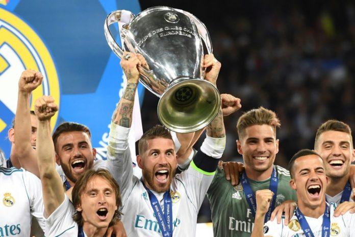 Sergio Ramos brandit le trophée de la Ligue des Champions le 26 mai 2018 à Kiev (AFP/Archives - Paul ELLIS)