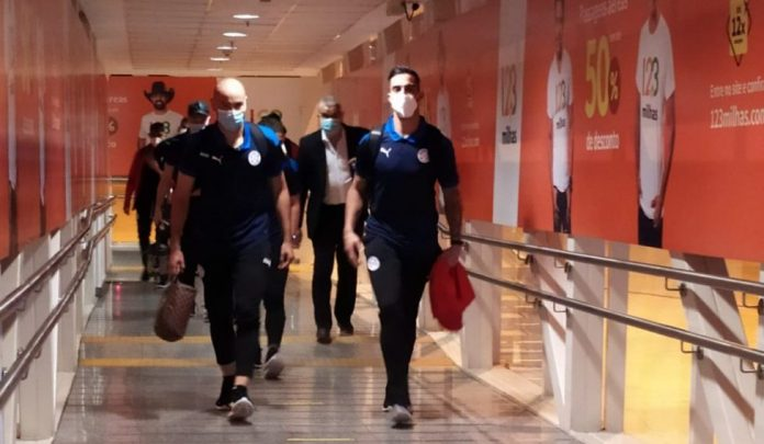 Opposite / Cuba America welcomes Paraguay on its arrival in Goiania