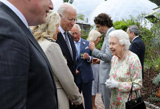 The Queen in the evening G7.  With Carlo, Camilla, William and Kate Corriere.it