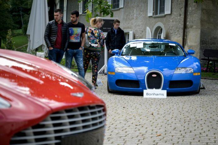 Une Bugatti Veyron (à droite) lors d'une vente aux enchères en Suisse le 28 septembre 2019 (AFP - FABRICE COFFRINI)