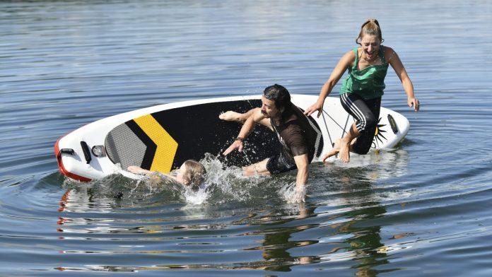 Stephanie Herdell: Here the singer goes swimming - folks