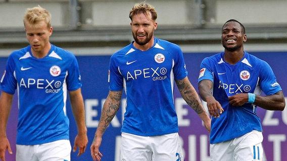 Hansa professionals Simon Rhine, John Lohmans Ruben and Streli Mamba (from left) are happy after a goal.  © IMAGO / Joachim Sielski