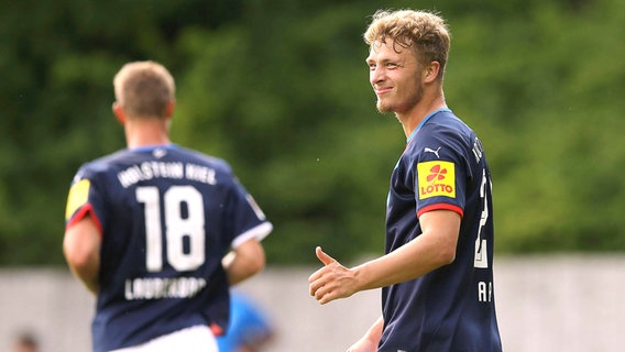 Second Division Football Team Attack Feed Orb Holstein Kiel © IMAGO / Claus Bergmann