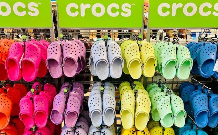 La marca Crocs es popular por su famoso zapato tipo