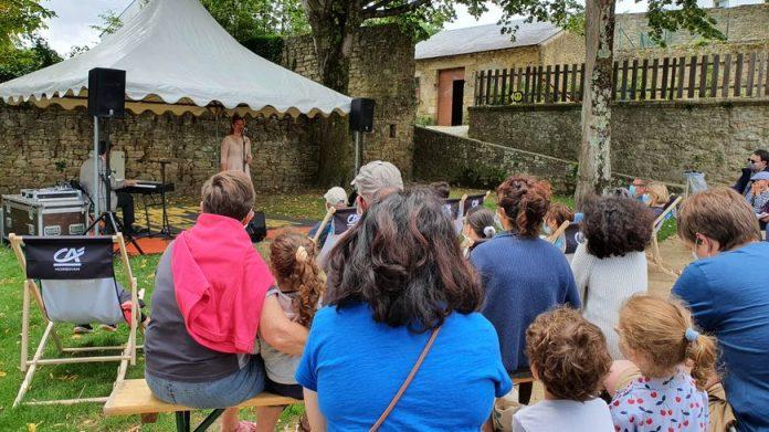 Tous les jours à 16 heures pendant le festival de jazz un spectacle consacré au swing est proposé dans le jardin de Limur