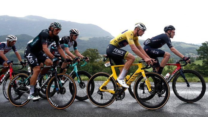 Tour de France: A truck blocks the road for a few minutes