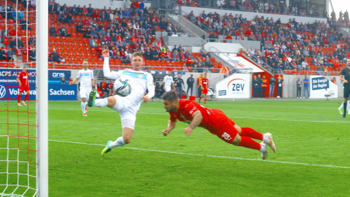 Der Zwickauer Baumann trifft zum 1:0 gegen Viktorias Jopek. (Quelle: imago images/Kruczynski)