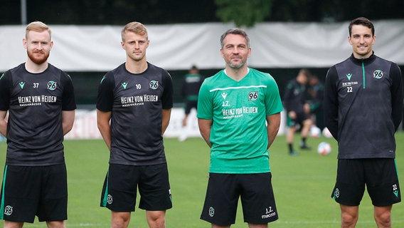 Coaches John Zimmermann (2nd from right) from Hannover 96 are newcomers Sebastian Kerk (left), Sebastian Ernst (2nd from left) and Sebastian Stoles (right).  AG IMAGO / Joachim Sielski Photo: Joachim Sielski
