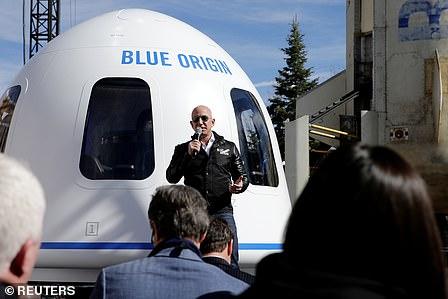 Jeff Bezos and his fianc மனைவிe Lauren Sanchez arrive in Los Angeles on a $ 65 million private jet