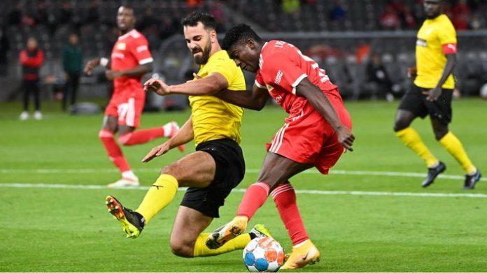 Taiwo Awoniyi vom 1. FC Union Berlin im Zweikampf gegen einen Kupion-PS-Spieler(Bild: imago images/Matthias Koch)