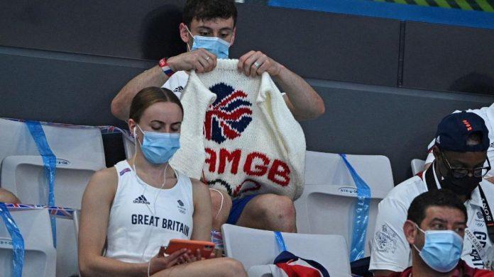 Tom Daley dans les tribunes des épreuves olympiques de plongeon.