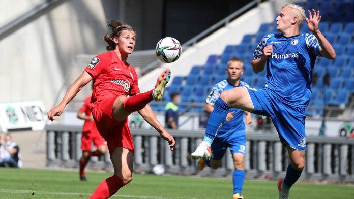 Fynn Lakenmacher (links, im Ligaspiel gegen Magdeburg) flog zuletzt gegen Magdeburg mit Gelb-Rot vom Platz, im Pokal gegen Jeddeloh durfte er sich nun erneut beweisen.