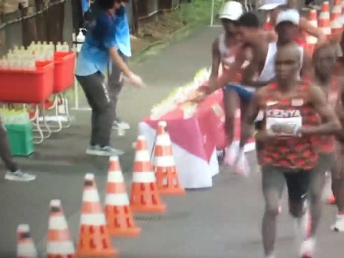The shock gesture of a marathon runner: what he does to his opponents