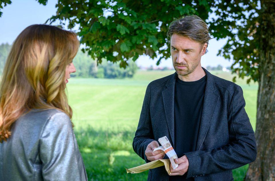 Aryan (Viola Wedekind) pays Patrick (Peter Schorne) to break up Leah and Robert.