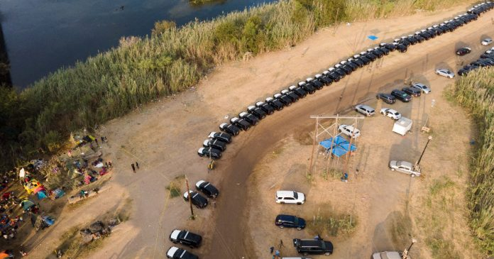United States, Texas governor collects hundreds of vehicles on the border with Mexico: