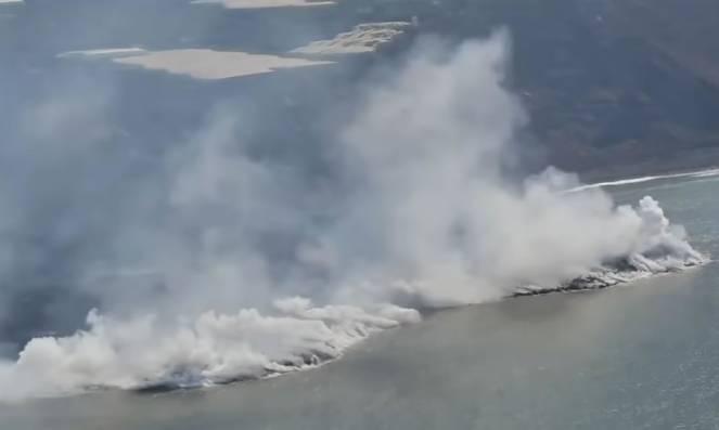 La Palma - Cumbre Vega lava reaches the sea and builds new land