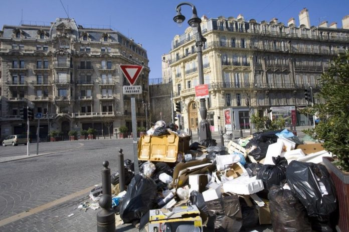 In Marseille, garbage collectors went on strike demanding a reduction in working hours