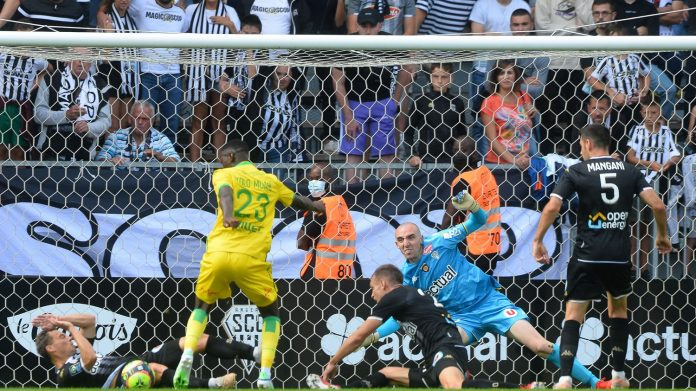 The first half is crazy between Angers and Nantes, continue the meeting