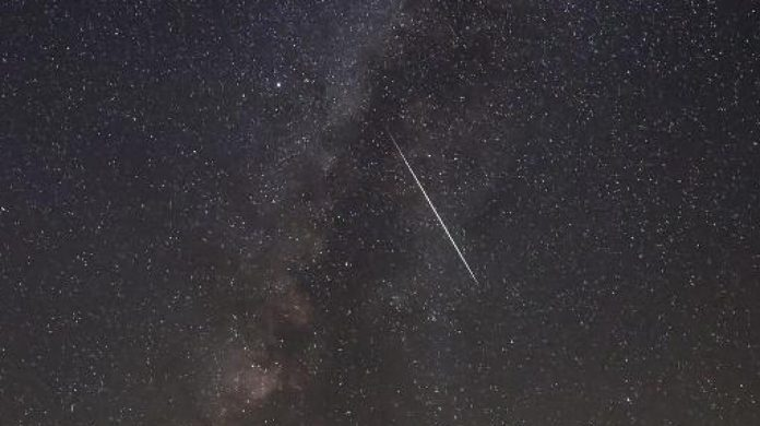 Une étoile filante passant sur la Voie lactée. PHOTO AFP